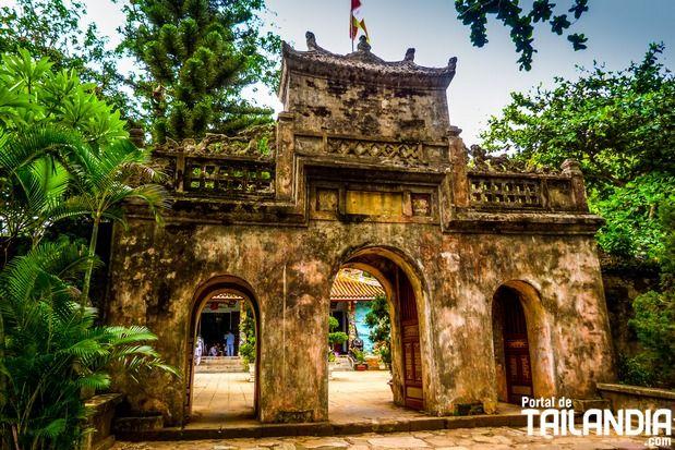 Un grupo de 5 montañas que representan los 5 elementos de la tierra, ubicado muy cerca de la ciudad de Da Nang, en la zona central de Vietnam. Ven a descubrir estos montes de piedra caliza situados en el corazón de este país del sudeste asiático.  #vietnam #danang #templos #montanyas #vacaciones #viajar http://www.portaldetailandia.com/montanas-marmol-da-nang-vietnam/