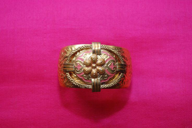 """bracelet manchette """"roselyne"""" : manchette en laiton martelé doré avec broche ancienne or et rose : Bracelet par lericheattirail"""