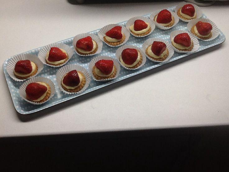 Snel klaar mini fruittaartjes , mere poulard zandkoekjes ( gekocht)  , creme patissiere ( thermomix ) aarbeien , kan ook met andere fruitsoorten . Leuk voor babyborrel , communiefeest .....