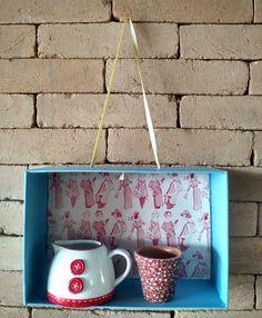 Para usar como prateleira e decor da parede, crienicho de caixa de sapato! Aprenda a fazer um neste post e saia criando vários para organizar itens na sala, ateliê e até banheiro. Vem aprender a fazer!