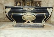 Eglise St-Médard de Germond- 2) MINISTERE DE LA CULTURE: AUTEL: Il est suspendu à un ruban. Aux 4 angles sont sculptés, en haut-relief, des promotés des 4 évangélistes. L'ensemble a été repeint en noir et fausse dorure. Cet autel, XVII°s, proviendrait de l'église de St-Marc la Lande Protection MH: 1997/09/03: classé au titre d'objet.