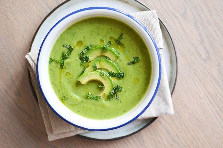 Deze courgette avocado soep is een feest voor het oog én voor de tong. Een heerlijk romig soepje vol groen en zonder room!