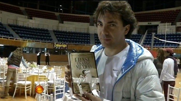 Cristian Castro recibe libro de historia como regalo de cumpleaños - Diario Rotativo