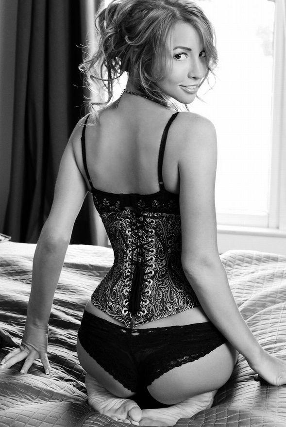 Portrait - Boudoir - Lingerie - Black and White - Photography - Pose