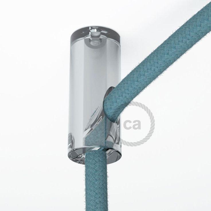 Kit de décentralisation au plafond transparent c'est un petit accessoire qui peut créer un grand effet. Idéal pour déplacer la chute d'une lampe à suspension par rapport à la rosace ou pour accrocher un câble au plafond.  L'arrêt à vis garantit une prise sûre et bloque l'écoulement du câble. Adapté aux câbles de section maximum 8mm et il est parfaitement compatible avec tous nos câbles pour éclairage recouvert en tissu.  L'emballage comprend la vis et la cheville au mur.