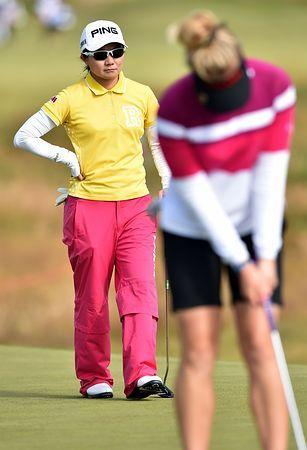 グリーン上で他選手のパットを見守る上原彩子=10日、英国・サウスポート(AFP=時事) ▼10Jul2014時事通信|パット好調、つかんだ流れ=上原、昨年覇者上回る-全英女子ゴルフ http://www.jiji.com/jc/zc?k=201407/2014071001017 #Womens_British_Open_2014 #Ayako_Uehara