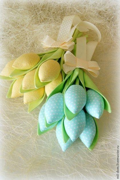 Купить или заказать Букеты из тюльпанов в интернет-магазине на Ярмарке Мастеров. Приближается самый долгожданный весенний праздник! Он несет с собой тепло весеннего солнышка и много приятных подарков от самых близких и любимых людей. Такие букетики из тюльпанов будут приятной неожиданностью в этот замечательный день-8 Марта! Цветы сшиты из двух видов ткани: американский хлопок для бутонов и лен для лепестков. Наполнение бутонов-холлофайбер. Каждый букетик перевязан ленточкой.