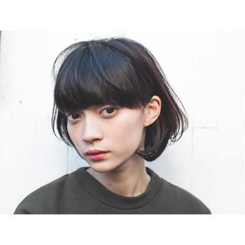 内側のカールが女性らしいシルエット。耳にかけても素敵ですね。前髪もきちんとそろえるのではなくラフなラインにすることで、厚めに前髪を取ってるにもかかわらず重たい印象になりません。
