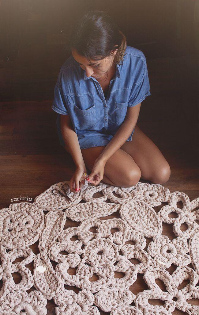 Alfombra modelo Autumn Leaf de Trapillo en color crudo  hecha a crochet.  Patrón gratis en www.susimiu.es
