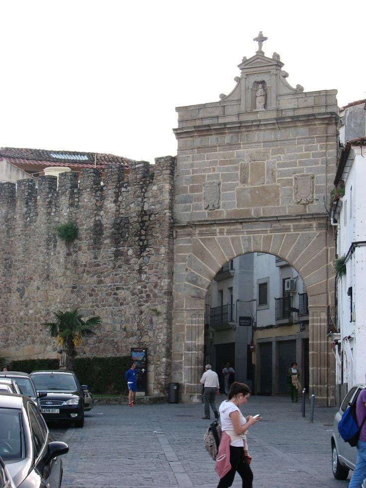 La Puerta del Sol, en el recinto amurallado de Plasencia, muy próxima a la zona donde mejor se conservan estos lienzos que en su día conformaron unas murallas impresionantes, tan potentes como las de Ávila.