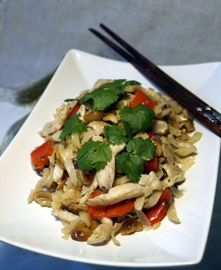Kung-po kanaa ja riisinuudeleita - beach house kitchen