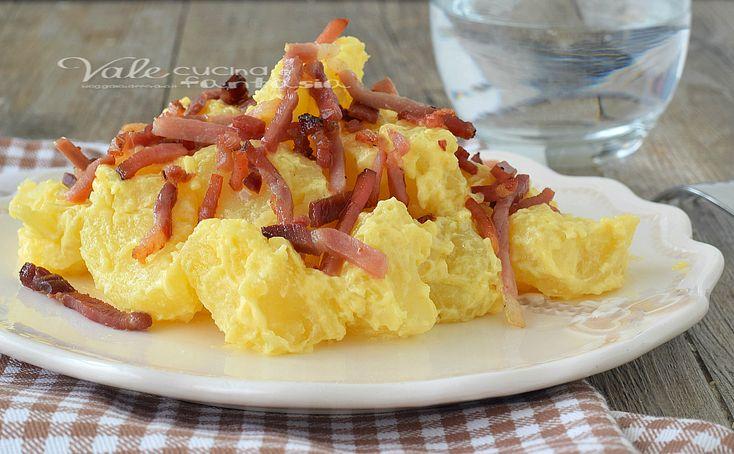 Insalata di patate con speck croccante una ricetta facile e veloce, golosissima con un sapore saporito, ottima come secondo e piatto unico