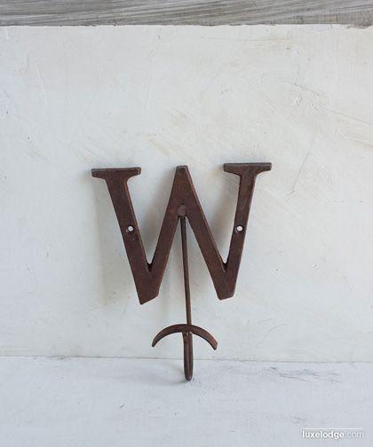 Gancio appendiabiti in ferro finitura brunita lettera W