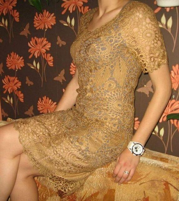 Nydelig lys brun kjole heklet i irsk hekling.
