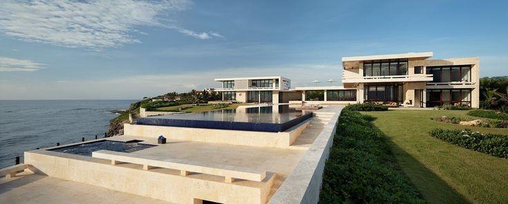 Se trata de la Casa Kimball, situada al filo de un acantilado en la bahia de la Orquidea, al norte de la Republica Dominicana. La vivienda, culminada en 2008 ha sido diseñada por la firma de arquitectos Rangr Estudio.