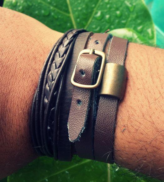 Mix de Pulseiras, composto por duas pulseiras individuais: 01 pulseira de couro, com fios de couros diversos (trançado/liso/largo) com fecho de cordão encerado ou nylon. 01 Pulseira de couro legitimo liso, na cor marrom, com entremeio de metal inoxidável na cor ouro velho, fecho de fivela.   R$ 42,90