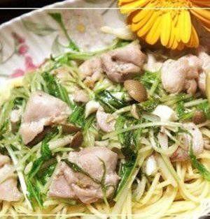 寒い冬が旬の水菜。サラダや炒めもの、鍋料理など出番の多い野菜ですね。今回はこの水菜を使う手軽なパスタ料理をご紹介します。水菜は切ってすぐ使えるので、さっと作りたいパスタにぴったり♪ランチの参考にしてみてはいかがでしょうか。 ■水菜と鶏肉のレモンパスタ  水菜と鶏肉のレモンパスタby 石田美由紀さん 15~30分 人数:2人 定番のアーリオ・オーリオをレモンでさっぱりとアレンジ。中華だしの素でしっか