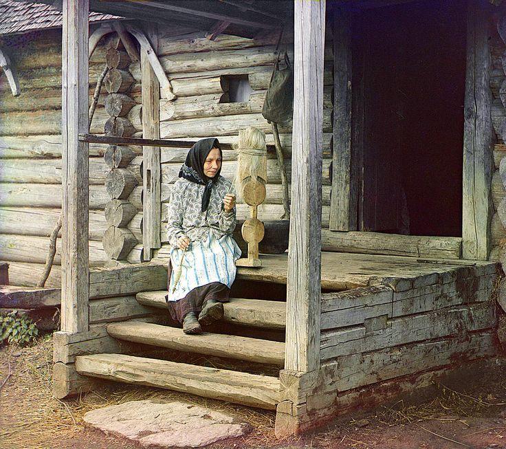 С. М. Прокудин-Горский. За пряжей. В деревне Изведово. 1910 год