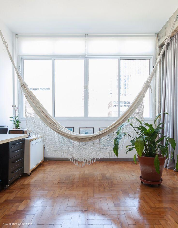 Um apartamento totalmente integrado traz dicas de como combinar diferentes materiais no mesmo espaço: tem concreto, ladrilho hidráulico, madeira...