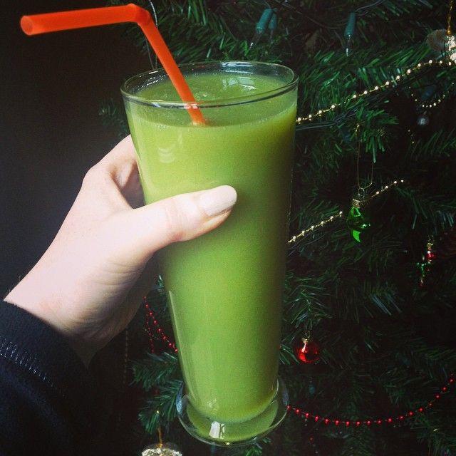 "8 Beğenme, 1 Yorum - Instagram'da @dianeclaymore: ""Green smoothie before all the toxins start 😛🍸🍸🍸"""