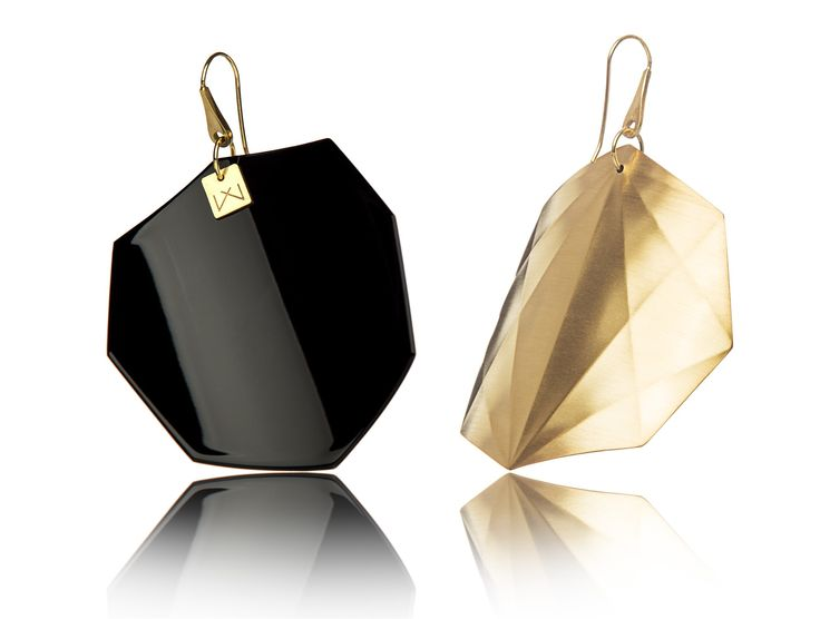 BLACK-OCTAGON-YELLOWGOLD  Materials used:  Hanger: 925 STERLING silver with 14 carat yellow gold flashing.   Front part: colored, high gloss homogenous surface, UV-resistant.   Back part: satin effect metal surface, 14 carat yellow gold flashing in 3 layers.   Gloss preserving, wear-proof, oxidation resistant and anti-allergenic.  Available in three sizes: with a diameter of 4, 5 and 6 cms.