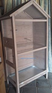 Houten Vogel Voliere Vincent  Afmetingen:    -100cm breed  -55cm diep  -175cm hoog   Inclusief: - uitneembare schuiflade - zitstokjes  heeft een grote en een kleine deur aan de zijkant  Deze voli...