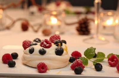 Minipavlova med sitronkrem og friske bær http://trinesmatblogg.no/2011/12/28/minipavlova-med-sitronkrem-og-friske-baer/#