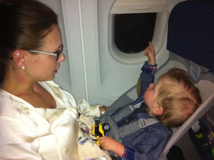 17-18 mnd gammel gutt som bruker flyebaby sammen med mamma ombord på flyet . Leie eller kjøpe?