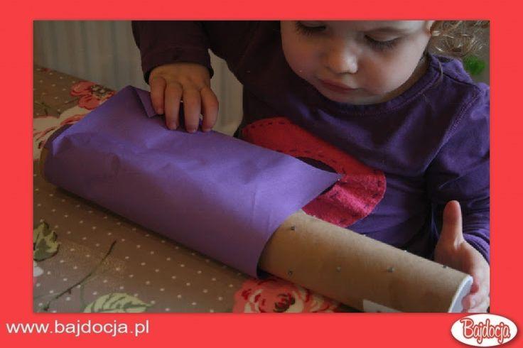 Weź kolorowy papier, posmaruj go klejem i oklej nim rurkę. #dziecko #zabawka #homemade #bajdocja #diy #zróbtosam