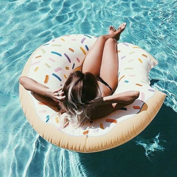@Emilyrosehannon & @tateteeters #UOaroundYou | UO Exclusive Donut Pool Float