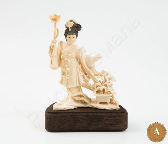 Скульптура «Китаянка с цветами»