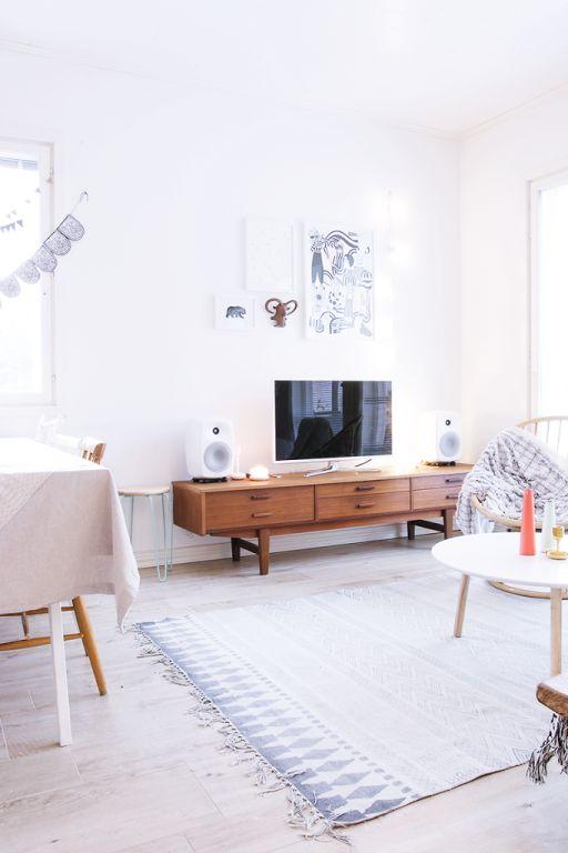 Ein hell und mordern eingerichtetes Wohnzimmer bekommt durch ein altes #Vintage Stück gleich ein ganz anderes Flair. #danish #design --- my scandinavian home: Christmas touches in a Finnish home