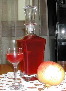 ΛΙΚΕΡ ΡΟΔΙ   Χρησιμοποιώ ίσες ποσότητες φρούτου,ζάχαρης και αλκοόλ   4 κουπες σπορια από ροδι   4 κουπες ζαχαρη   4 κουπες αλκοολ(εγω...
