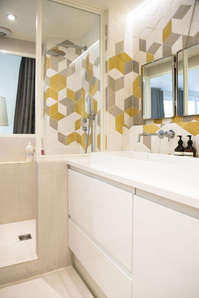 Graphique et colorée, la salle de bains de cet appartement, revu par Cocottes Studio, en jette !