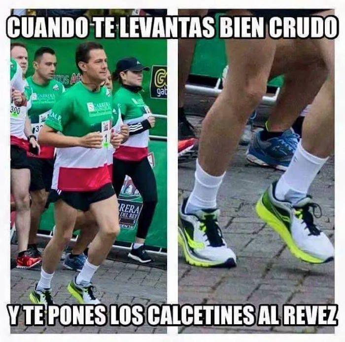 En redes sociales se burlaron de Enrique Peña Nieto por utilizar las calcetas al revés. Foto: Facebook