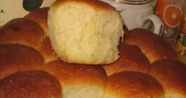 Сладкие булочки с начинкой. Ингредиенты: -Мука пшеничная — 4-5 стак. -Дрожжи — 1.5 ч. л. -Кефир — 200 мл -Вода (теплая) — 150 мл -Ванилин -Сахар — 4 ст. л. -Масло сливочное (+ дополнительно 10-15 г на...