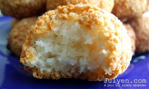 Malzemeler 2 yumurta akı 110 gr. şeker 185 gr. hindistan cevizi 1/2 tatlı kaşığı vanilya Bir fiske tuz Yapılışı Yumurta aklarını ve ...