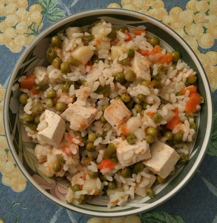 Arroz con verduras y tofu.