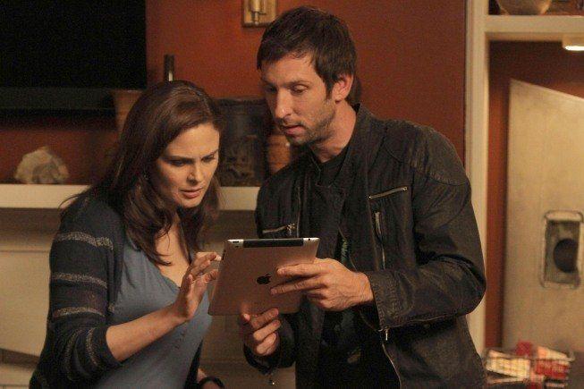 Still of Emily Deschanel and Joel David Moore in Bones (2005)
