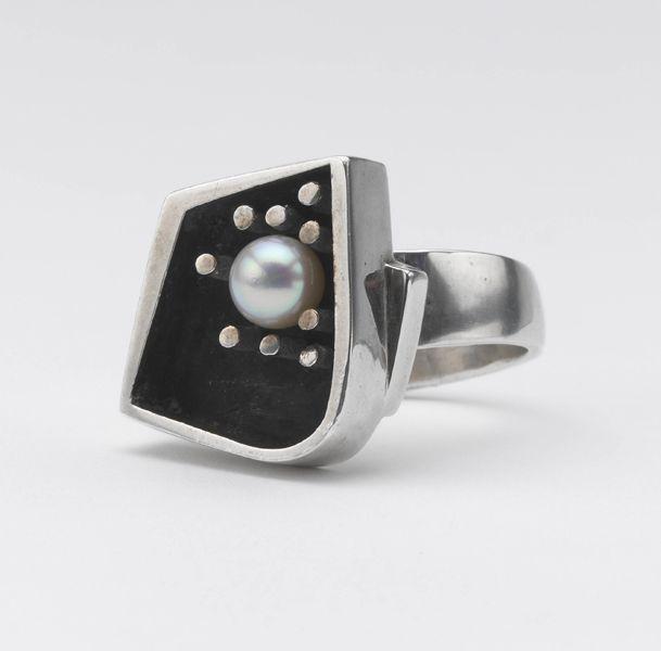 Margaret de Patta, Ring, 1947-1950, sterling silver, pearl, cast, fabricatedphoto: John Bigelow Taylor