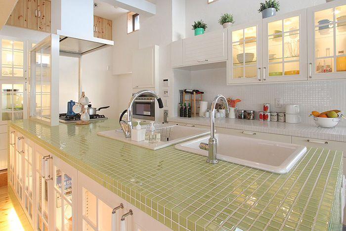 淡いグリーンのタイルが印象的なキッチンです。棚は中が見えるようにガラスにしてあるので透明感があって北欧の自然のイメージに合っています^^
