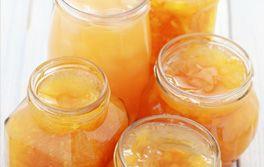 Peler les pamplemousses. Les détailler en tranches, puis en morceaux. Ôter les pépins et réserver. Presser les oranges puis faire fondre les morceaux de sucre dans le jus d'orange, sur feu doux, jusqu'au seuil de l'ébullition. Ajouter les morceaux de pamplemousse. Faire cuire à petit frémissement, en remuant souvent, pendant 20 minutes. Mettre en pots. Laisser refroidir avant de couvrir.