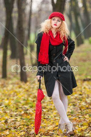 Aantrekkelijke jonge vrouw in een herfst mode-shoot. mooi modieuze jonge meisje met rode paraplu, rode GLB en rode sjaal in het park — Stockfoto © iancucristi #32743299