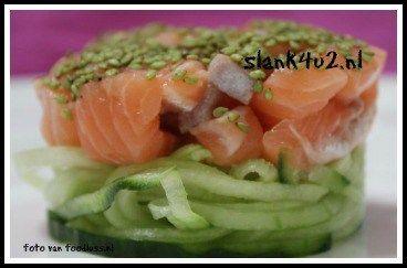 Rauwe zalm op bedje van komkommer met wasabi sesam - Slank4u2