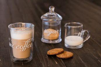 Obowiązkowy zestaw poranny. Kawa z mlekiem i owsiane ciastko. Udanego poniedziałku. ☕