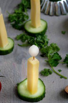 Pikanter Snack zu Weihnachten mit Käse und Gurke