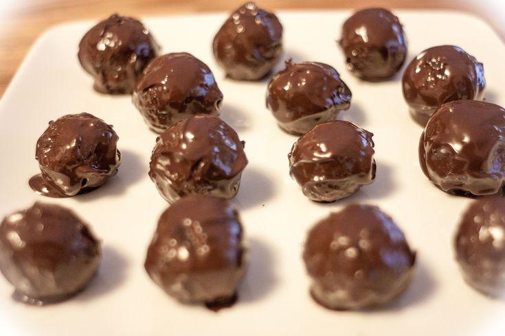 Rendkívül könnyen és gyorsan el lehet készíteni, sőt még sütni sem kell. Sok változata létezik, de ez a kekszes hasonlít leginkább a zserbóhoz. Hozzáadott cukor nélkül készül keksz, dió és lekvár hozzáadásával.