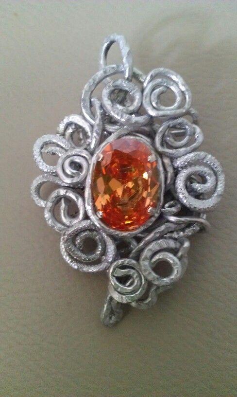 Pendente wire alluminio e cristallo Swarovski molto bello, color topazio.