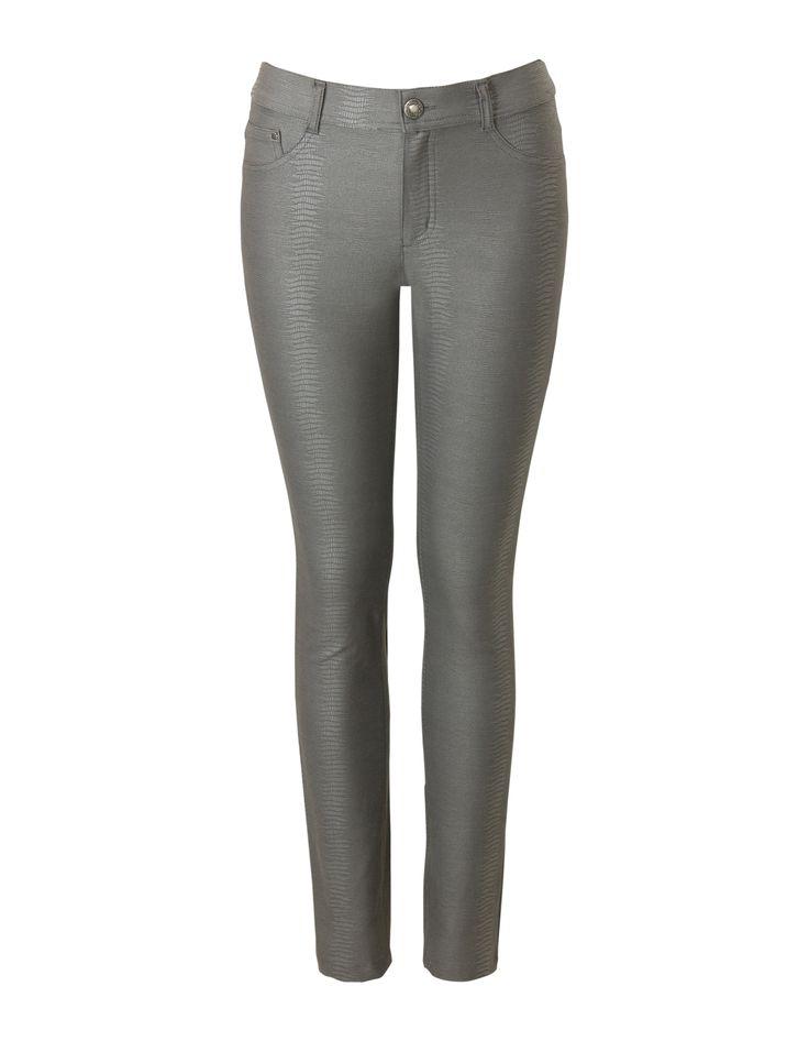 42,50 euro  Grijze 5-pocket broek. Het is een slimfit model gemaakt van soepele kwaliteit. De broek heeft riemlussen en sluit met een knoop en rits. Binnenbeenlengte in maat 38/M: 74 cm (28 inch).<em>Dit artikel behoort tot de Etam Kort collectie en past goed bij vrouwen met een lengte tussen 157 en 164 cm.</em>