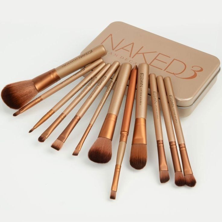 Urban Decay Makeup Brush Set Pack of 12 BRUSH AND APPLICATOR Brush bristle material: Synthetic Hair and Natural Hair Brush The set includes: 1 Loose, 1 Foundation, 1 Trimming, 1 Flat, 1 Medium, 1 Obli